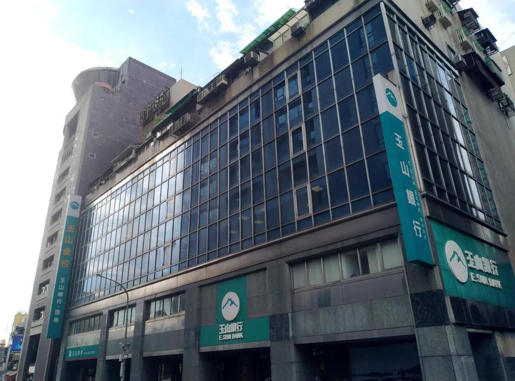台北市武昌街一段某住商混合大樓,此為統帥戲院舊址,現為玉山銀行;「統帥」二字燈飾至今仍高懸在樓頂,新裝設的黑色玻璃清楚點明了原先戲院所在的三、四樓位置,以及原本電影看板掛架的所在。 圖/作者攝影