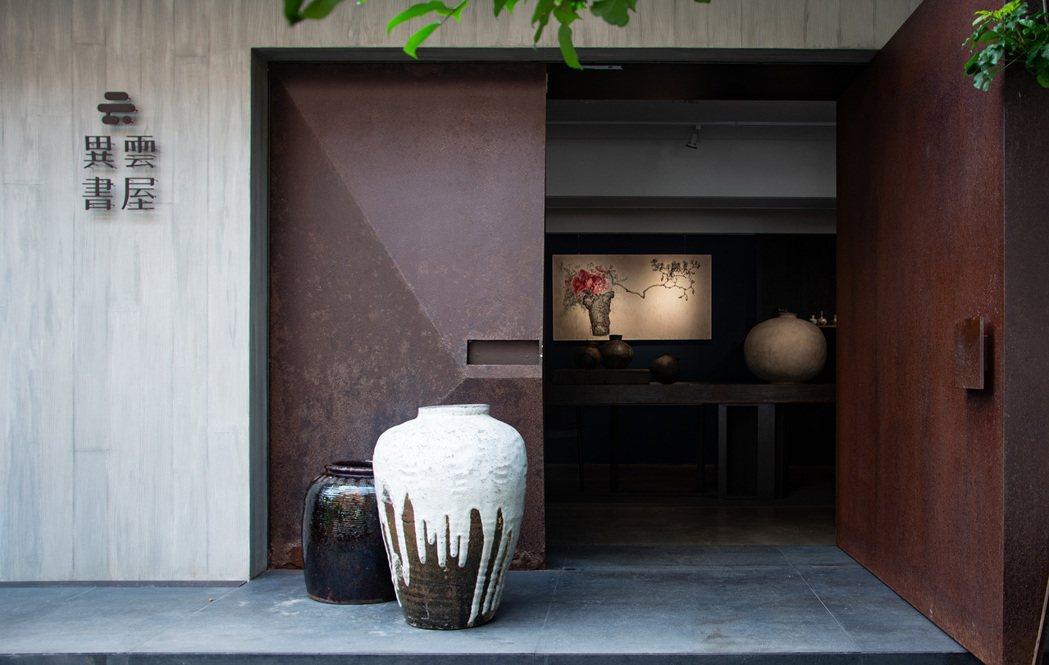 異雲書屋舉辦「「花氣 — 亞洲花器集珍」展覽。圖/異雲書屋提供