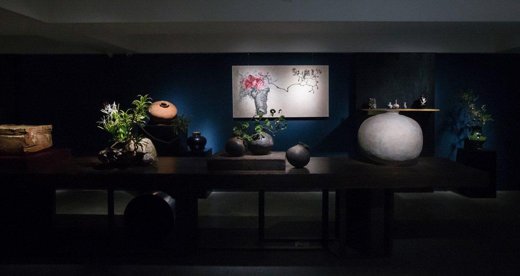 異雲書屋秉持器用為上,用之為美的理念,在展覽中結合插花、掛畫與器物相輝映。圖/異...