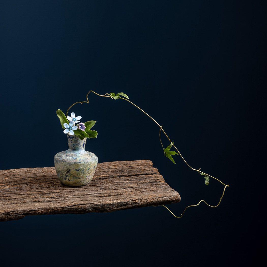 中國北魏琉璃瓶,花材為海星沙、藍星花,事花者謝芳。圖/異雲書屋提供