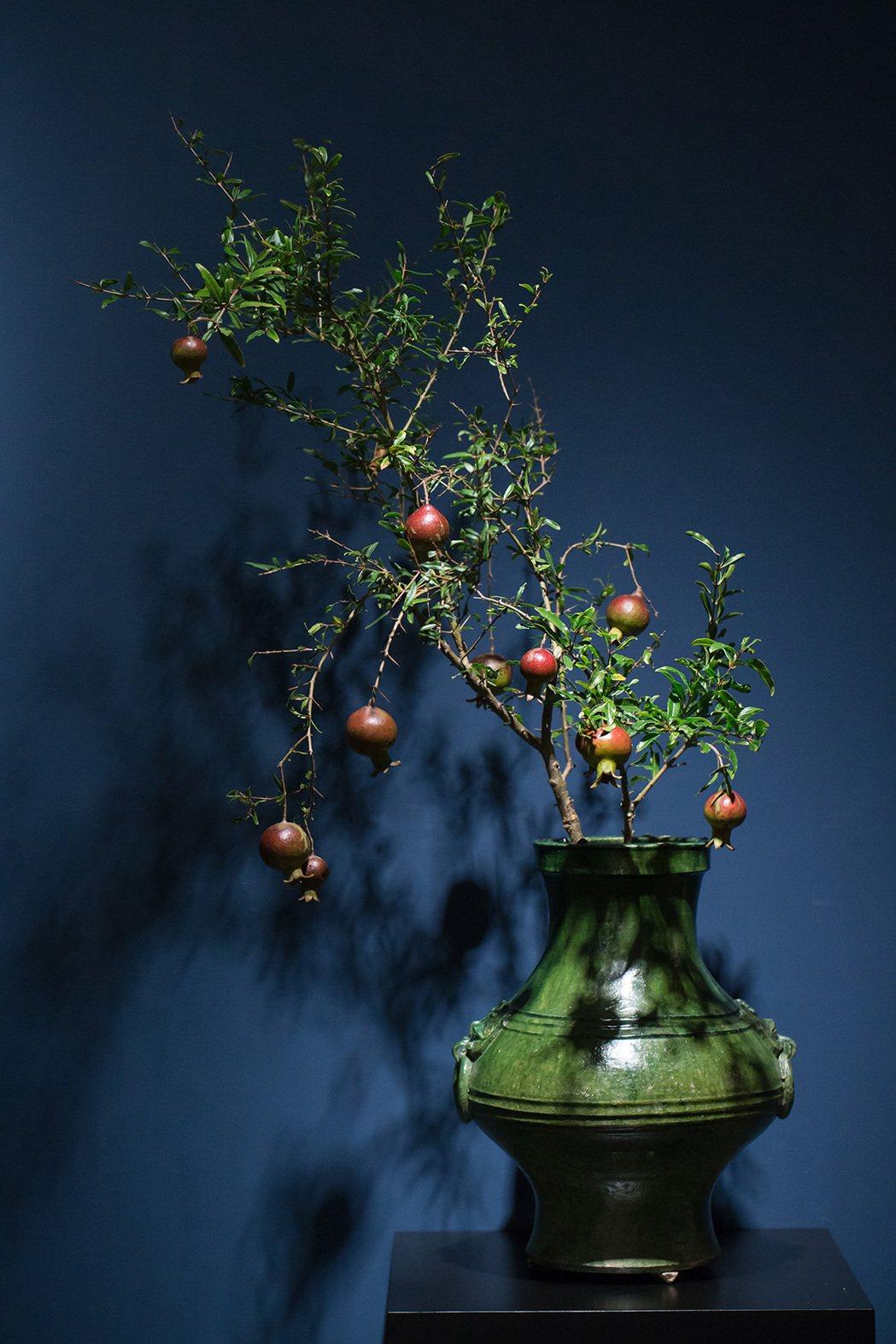 漢代綠釉尊,花材為石榴,事花為古玉貞。圖/異雲書屋提供