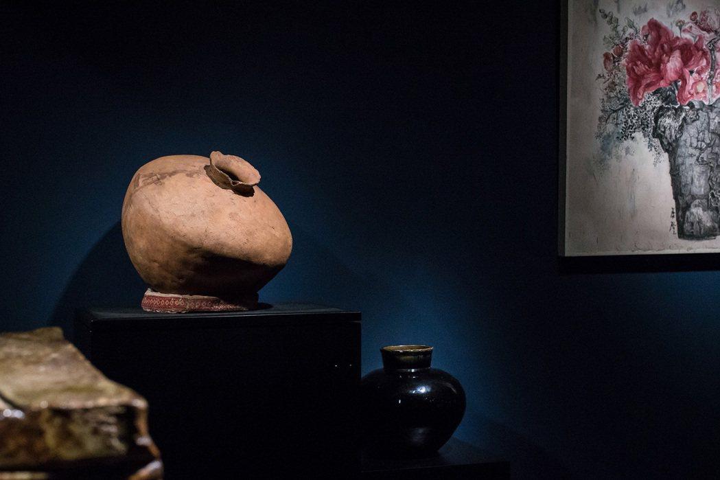 台灣排灣族陶壺(左)、明代磁州窯罐(右)。圖/異雲書屋提供