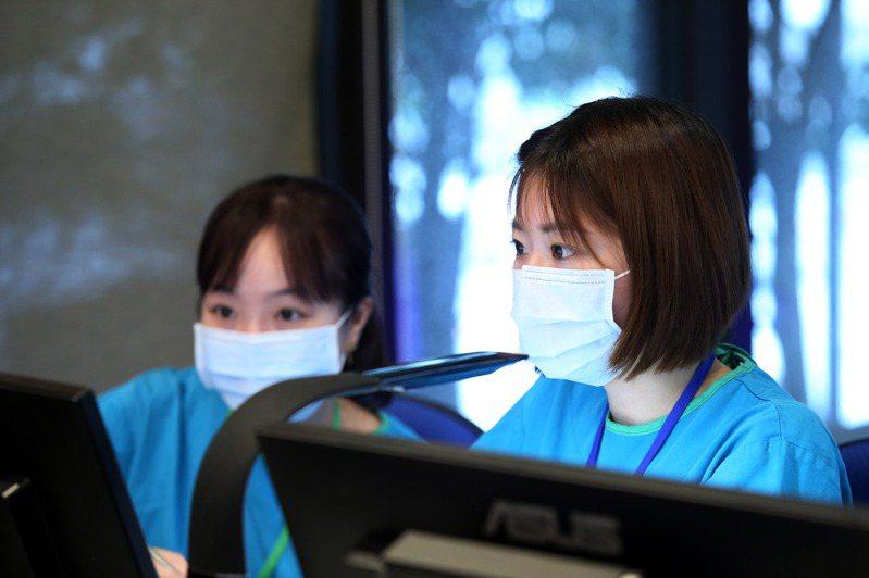 圖為原本是串燒店老闆娘的林小姐(左)和空姐的Claire(中)都有護理師資格,因疫情接受徵召到檢疫所幫忙。聯合報記者邱德祥/攝影