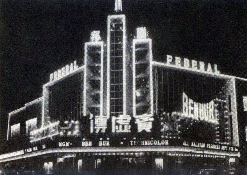 《賓漢》(Ben-Hur)在東南亞各地的譯名似以粵語音譯為基準,稱之為《賓虛傳》;當年由邵氏集團獲得映權,在新加坡安排於麗都上映,在吉隆坡則是這家聯邦(Federal)戲院,宏偉的建築設計,襯以巨型看板和閃亮的霓虹燈飾,在熱帶夜空裡更顯璀璨。 圖/作者提供