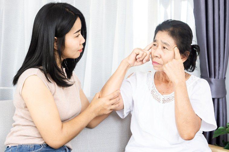 確認病人意識清楚再餵食,降低吞嚥障礙風險。圖/123RF