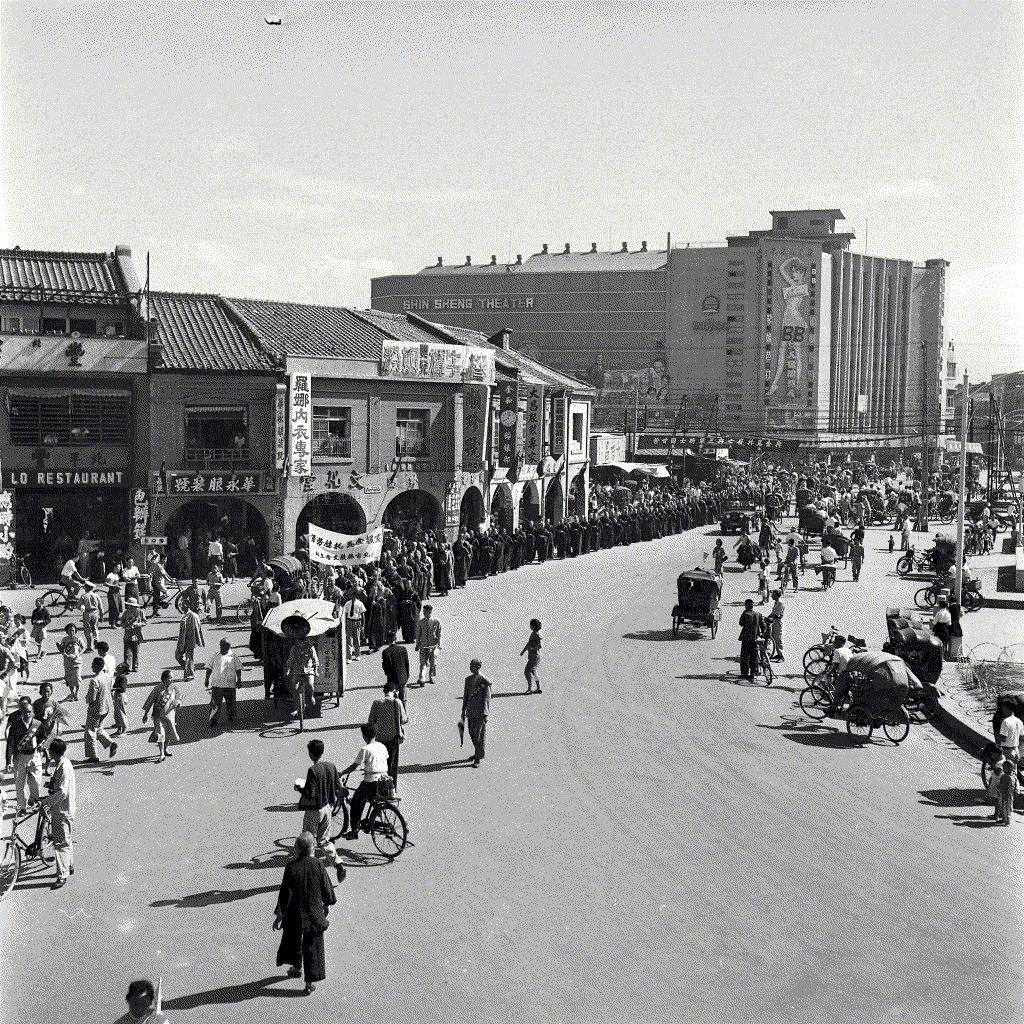 1958 年金門砲戰期間的西門町街景,遠方巨大的建築是第一代的新生戲院(1955-1966) ,外牆正是當年引起極大風化事件——法國艷星碧姬芭杜(Brigitte Bardot)主演《女人征服男人》(La Parisienne)袒胸露背的電影看板。 圖/聯合報系資料照