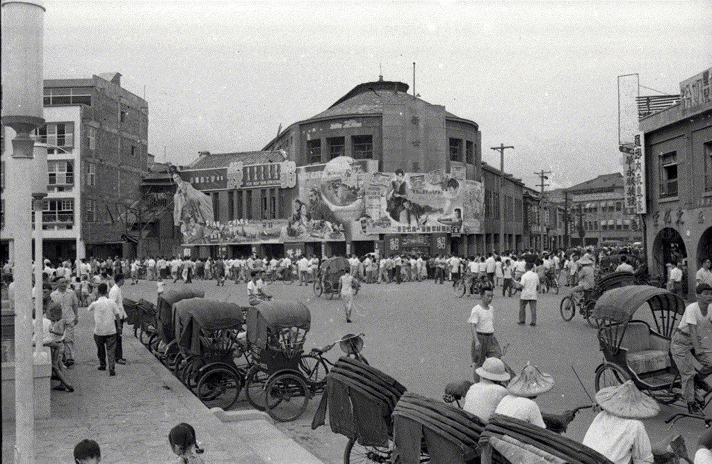 1958年的8月底9月初,西門町新世界戲院外觀。戲院看板左起為《貂蟬》(1958年9月11日於台北正式上映),新世界三字下方為《青春兒女》(1958年8月27日上映),最右側的小版面則為墊檔上映一週的《全家福》(1958年9月5日上映)。 圖/聯合報系資料照