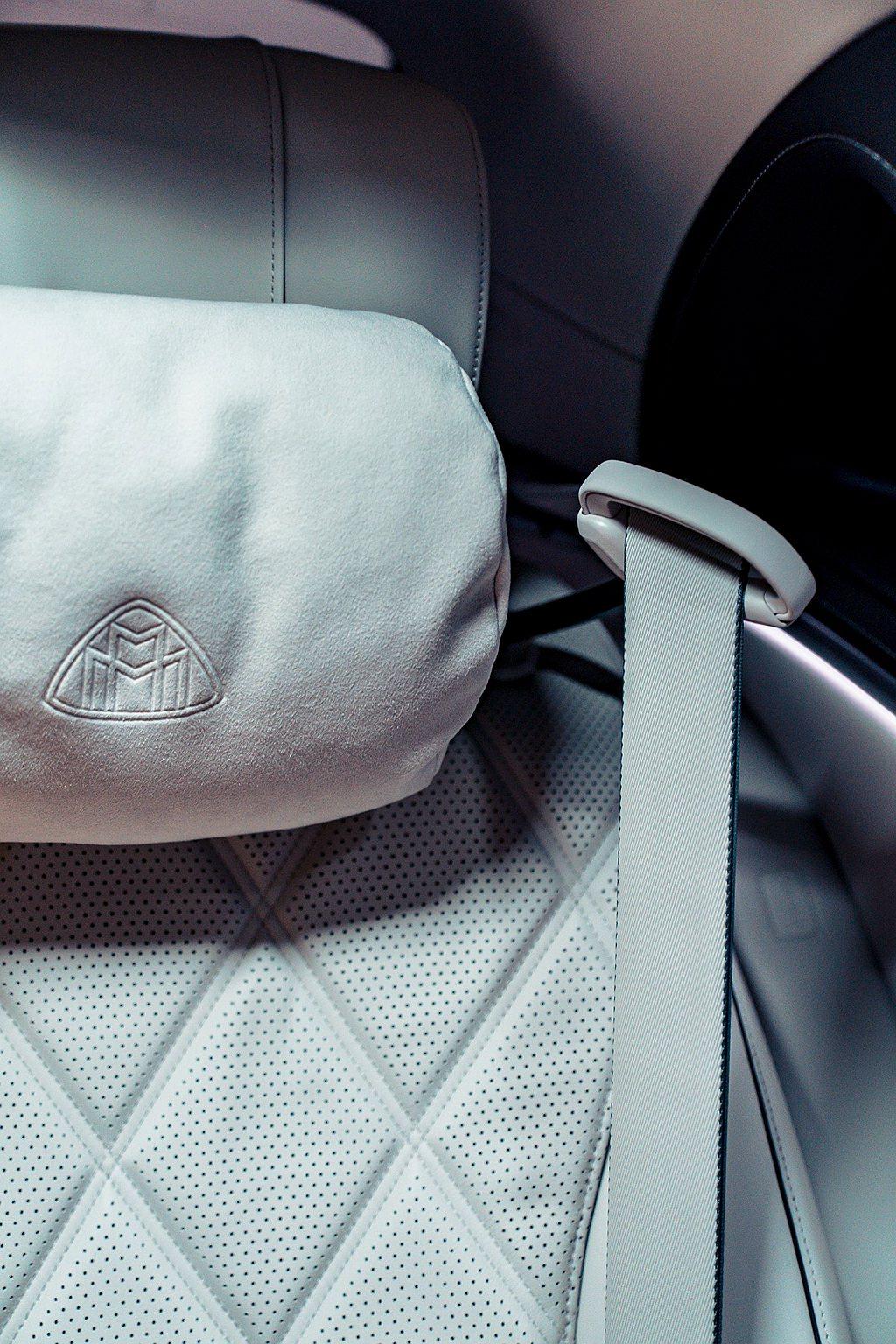 首次搭載後座安全帶遞送功能,彷彿能預知乘客的一舉一動,當坐進後座並關上車門後,便...