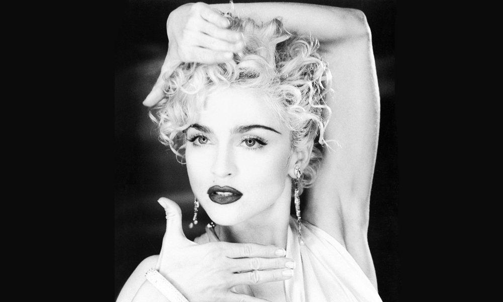 瑪丹娜大量使用了1980年代在美國紐約哈林區舞廳在黑人男同志之間流行的Vogui...