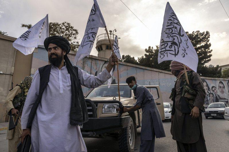 神學士成員22日出現在已關閉的美國使館外揮舞旗幟。專家指出,美國撤軍可能激發周邊區域的激進分子謀劃當地襲擊或遷往阿富汗。紐約時報