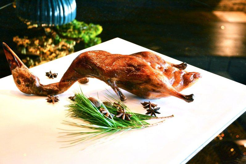 專家指出,米其林星級餐廳除了菜餚外,餐體驗也是重點。圖為蟬聯三星的頤宮中餐廳招牌菜「先知鴨」。圖/君品酒店提供