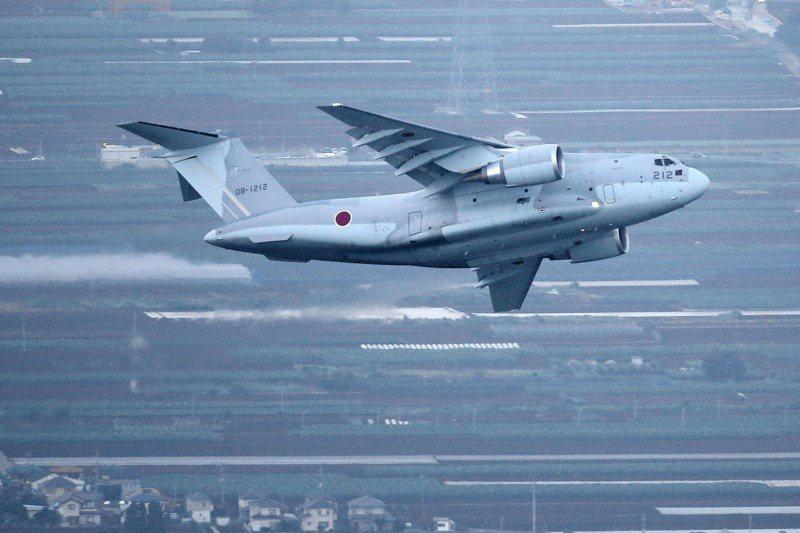 日本自衛隊一架日製的川崎C-2運輸機23日從日本埼玉縣入間空軍基地飛往阿富汗,原本要撤離500名為日本政府工作的阿富汗人,最後只載了一名日本共同社新聞人員。路透