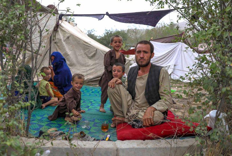 逾57萬阿富汗人因今年的戰亂逃離家園,喀布爾的公園更是擠滿流離失所的家庭。歐新社