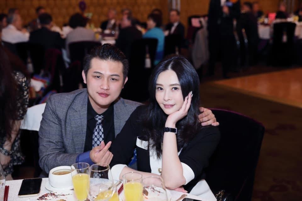 梁軒安(左)護妻蕭淑慎。圖/摘自臉書