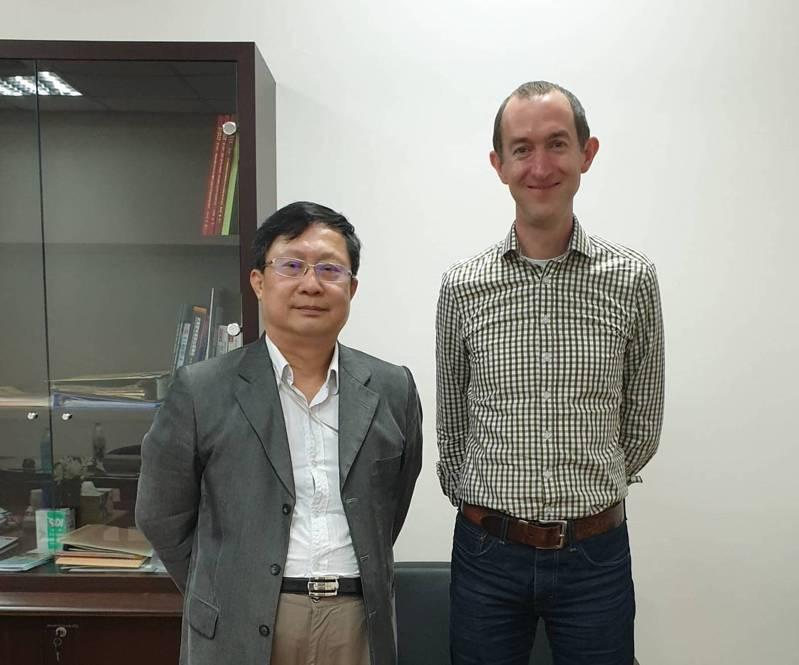 Stephen Payne(右)109年時曾至台大應力所訪問,並進行學術演講。圖/截自台大應力所網站