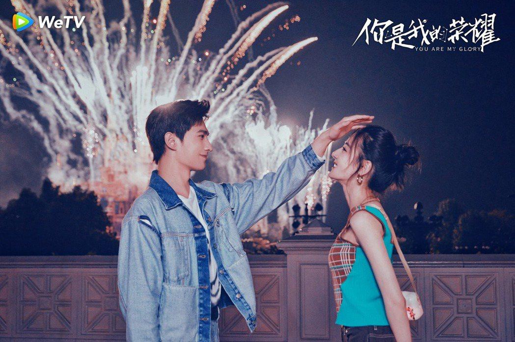 楊洋(左)、迪麗熱巴在迪士尼過情人節。圖/WeTV提供