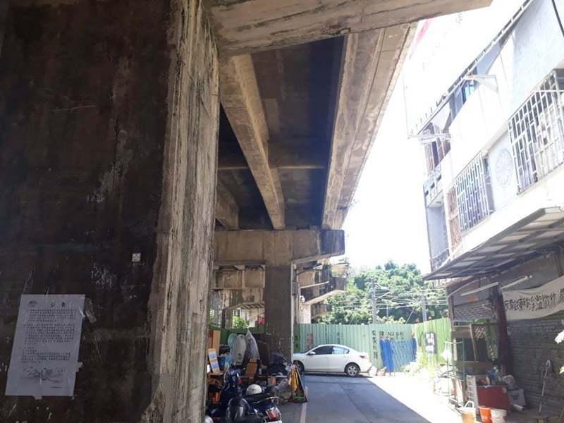 台南鐵路地下化最後一戶拆遷戶黃春香家附近昨天出現工程人員,現場並張貼公告。圖/學生提供