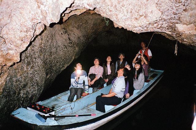 花蓮月洞是天然鐘乳石洞穴,備有導覽船舟,吸引遊客觀光。圖/豐濱鄉公所提供