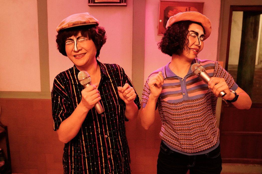 楊麗音(左)、于子育在「俗女2」中婆媳繼「豬油舞」後,化身鐵師玉玲瓏一樣爆笑。圖...