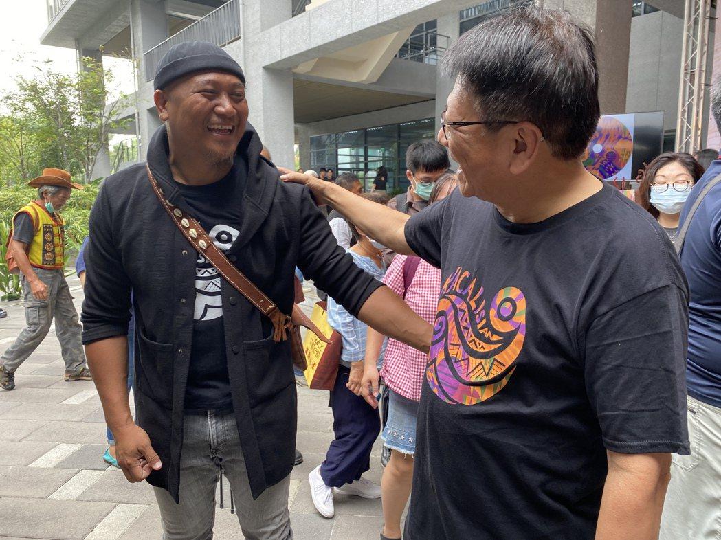 屏東縣泰武國小主任查馬克・法拉屋樂(左),他是泰武國小古謠傳唱隊的幕後推手,曾獲