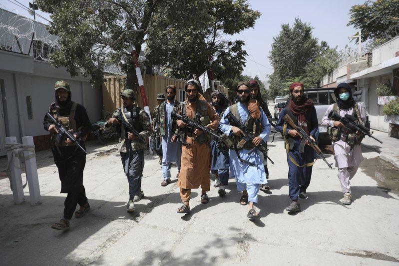 神學士武裝人員18日在喀布爾附近地區巡邏。美聯社