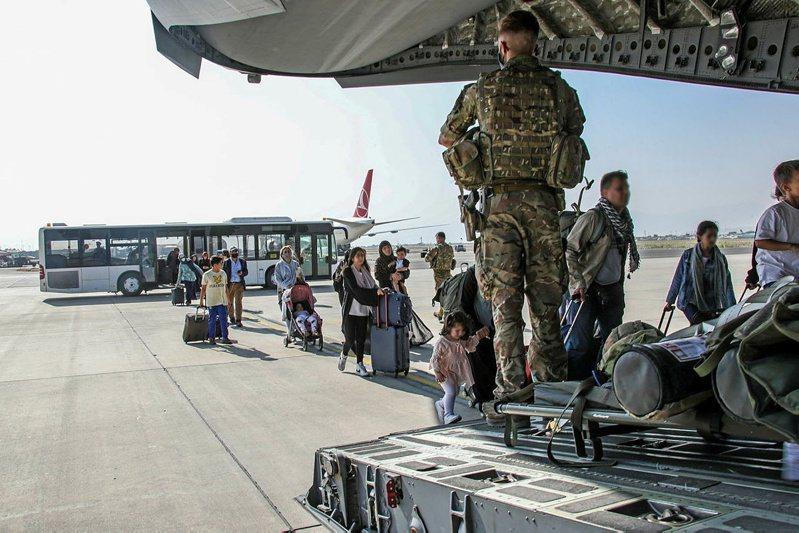 美方原先希望一天能從喀布爾撤離5千人,英方目標則是一天1千人,但兩國進度目前都嚴重落後。據指美軍3天撤不到3千人,英軍也只做到平均一天撤出約100人。路透