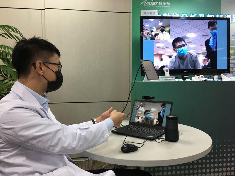 台大雲林分院與廣達電腦合作,與廣達電腦合作開發「智慧遠距居家照護平台」,提供高危病患一整套醫療量測設備,病患可在家中量測如血糖、血氧、溫度,立即回傳平台;透過定期視訊,醫師可提供遠距、偏鄉醫療照護。 記者江睿智/攝影