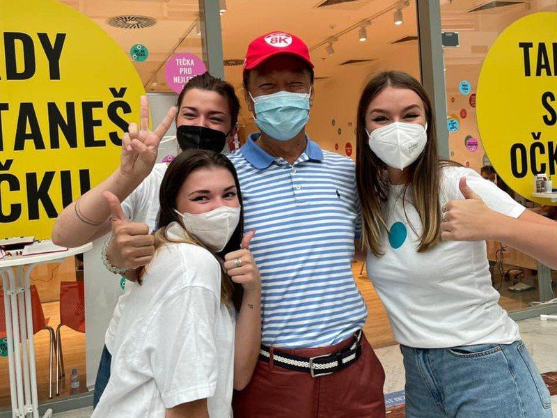 鴻海創辦人郭台銘(中)本月初赴歐洲催疫苗,並在捷克打疫苗。圖/郭台銘辦公室提供