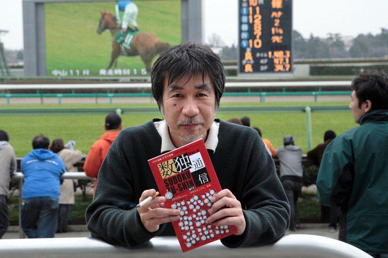 益智遊戲「數獨」的取名者、日本尼柯利公司創辦人鍜治真,2007年時現身日本船橋市的賽馬場,當時他手上拿著一本數獨雜誌。圖/紐約時報
