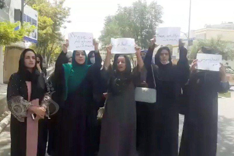 根據17日上傳網路的一支影片,一群婦女在喀布爾街上舉牌,呼籲神學士保障婦女權利。路透