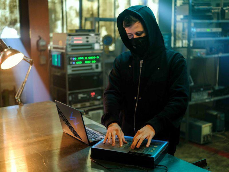 華碩持續「跨界出圈」策略,攜手知名電音DJ Alan Walker舉辦線上發表會,推出聯名筆電ROG Zephyrus G14 AW SE。華碩/提供