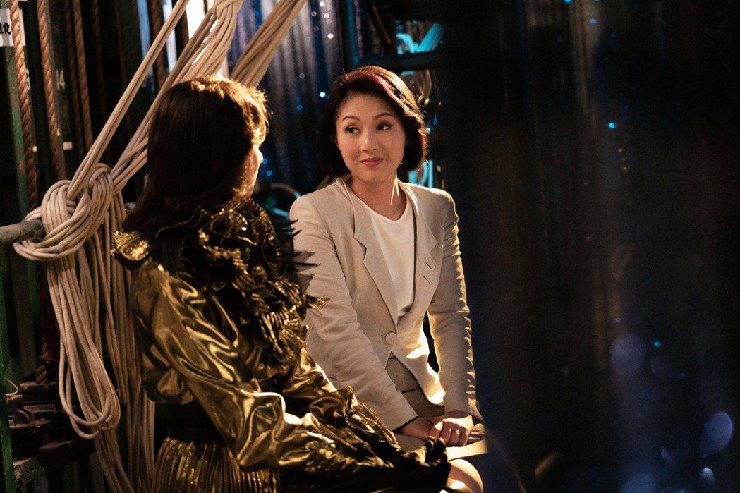 影后楊千嬅飾演華星唱片經理Florence。圖/索尼提供