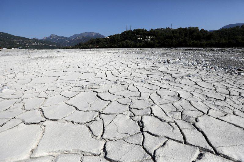 法國南部正經歷極端高溫與乾旱,這是11日在法國南部卡霍所拍攝乾涸的瓦爾河河床。歐新社