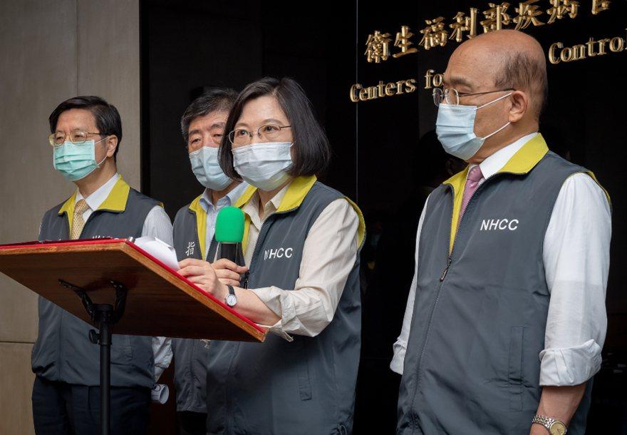 行政院長蘇貞昌(右一)蔡總統(右二)。 圖/總統府提供