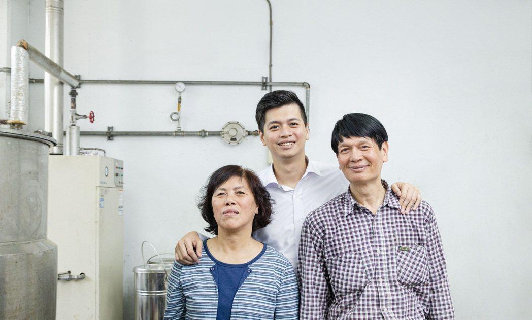 趙文豪(中)和父母一塊創立「茶籽堂」,三人初期各有分工,慢慢走到今日。照片提供/...