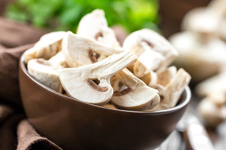 ▲維持血管健康水溶性膳食纖維也非常重要,菇類、水藻類、蘋果等,水溶性膳食纖維含量...