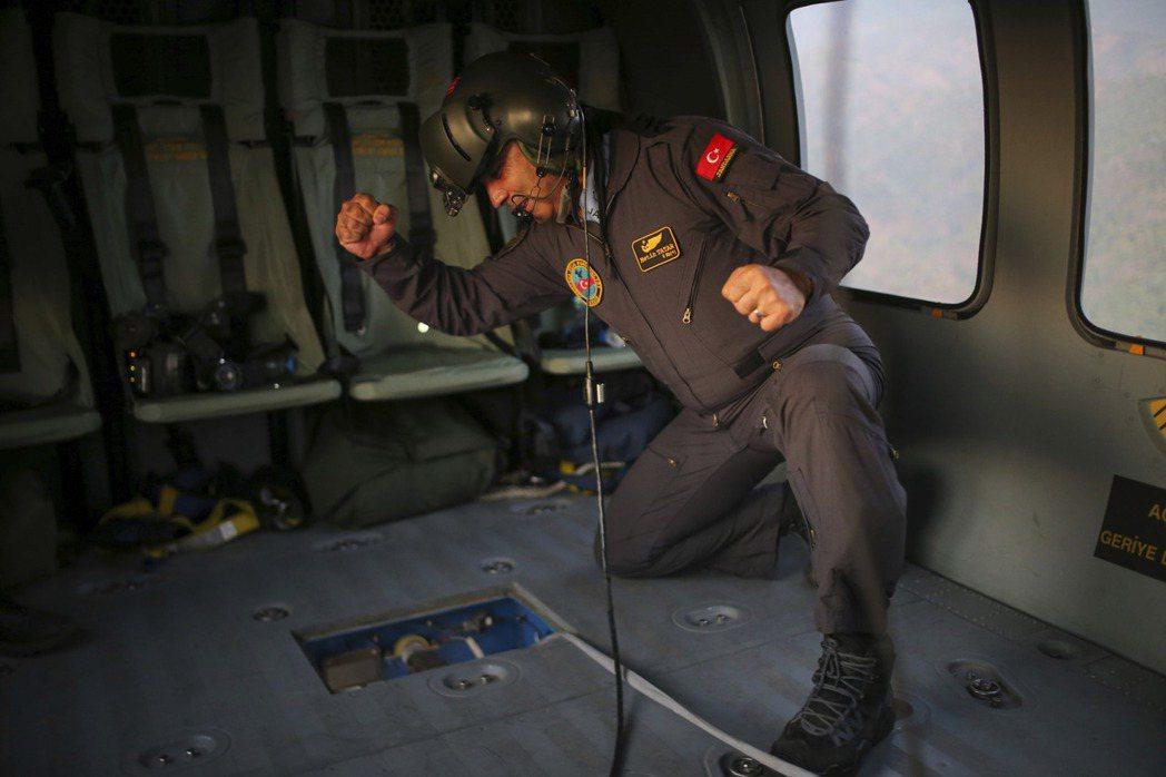 除了硬體設備不足外,土耳其也沒有足夠的、有經驗的消防飛機機師。圖為當時正在執行滅...