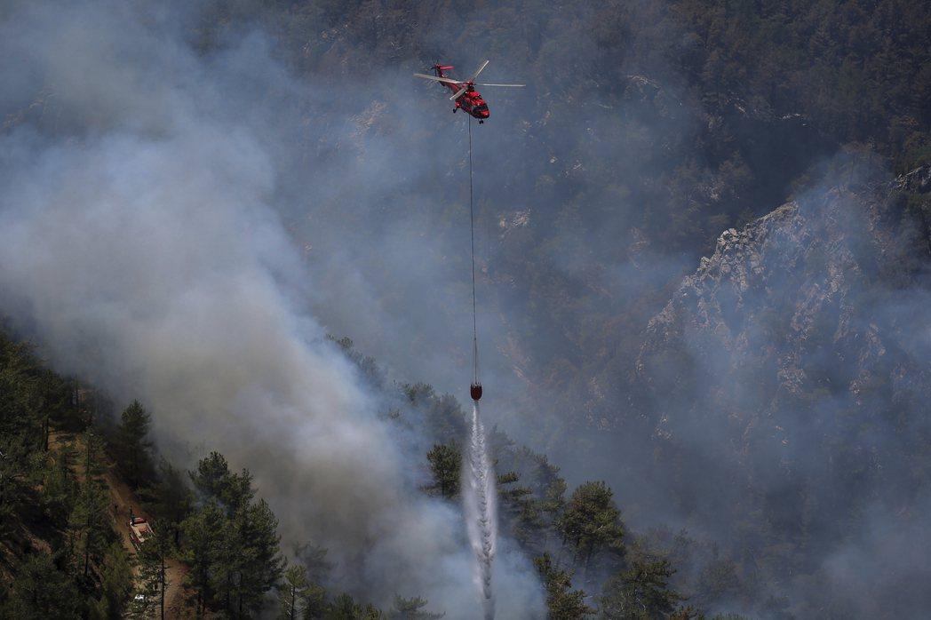 森林大火的區域多在人員與車輛難以到達的山坡,需仰賴空中消防設備或直升機才可以有效...