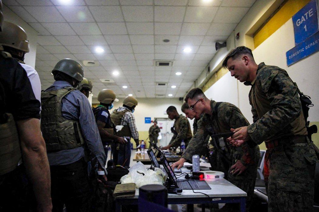 美國目前仍在與塔利班「直接交涉」,除了警告不要影響機場撤離外,也要求塔利班必須「...