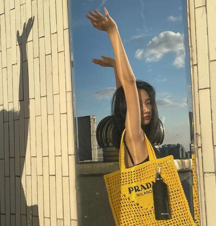 李沐在陽台的鏡子拍出艷陽天的景象。圖/取自IG