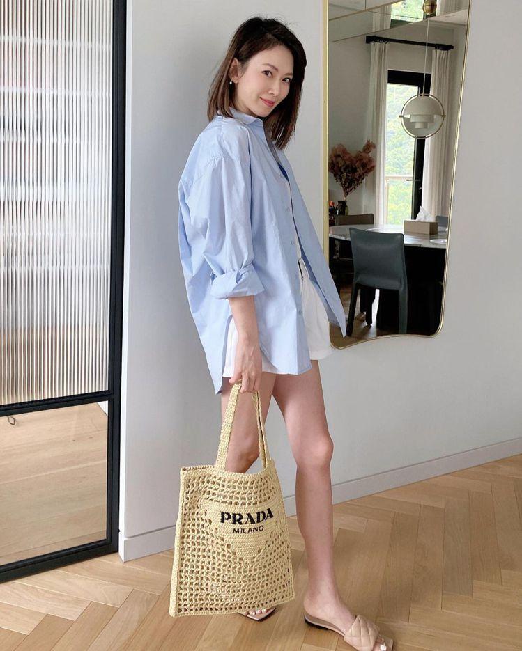 Melody以長腿搭襯PRADA拉菲草編織托特包。圖/取自IG