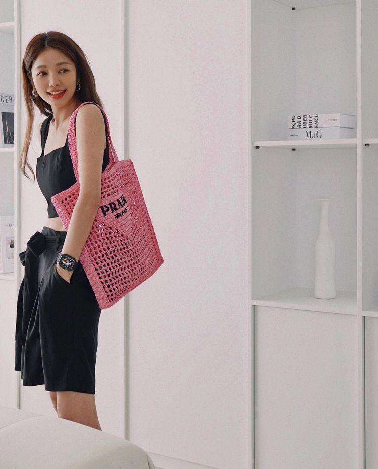 慵懶甜美的許路兒選搭粉色PRADA拉菲草編織托特包。圖/取自IG