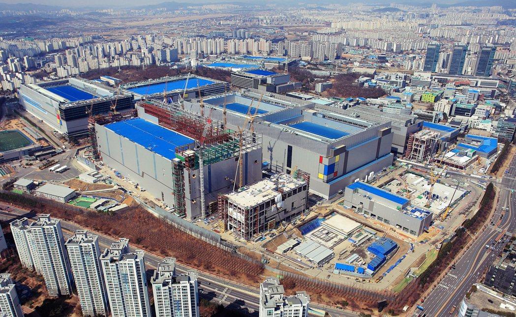 面對台積電攻擊性投資擴張,三星雖力拓版圖卻成效有限。圖為三星在京畿道華城市的半導...