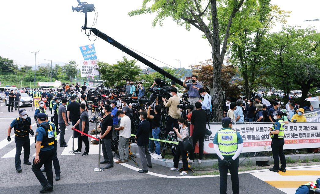 記者群身後另一頭,則有兩派群眾聚集,支持與反對假釋的兩種呼喊聲,交相穿梭於現場。...