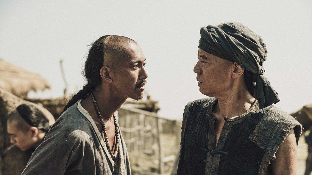 吳朋奉(右)在「斯卡羅」中飾演澎湖船老大,與吳慷仁飾演的社寮頭人「水仔」有精彩對
