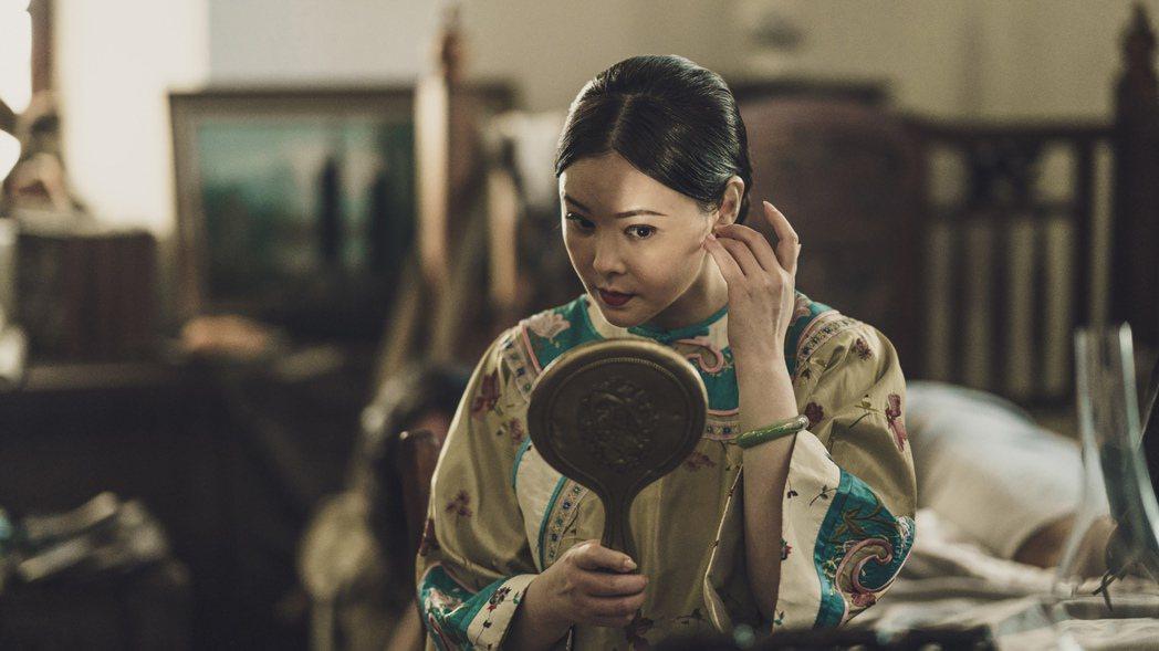 蕭淑慎客串演出斯卡羅,化身洋藥局老闆娘。圖/公視提供