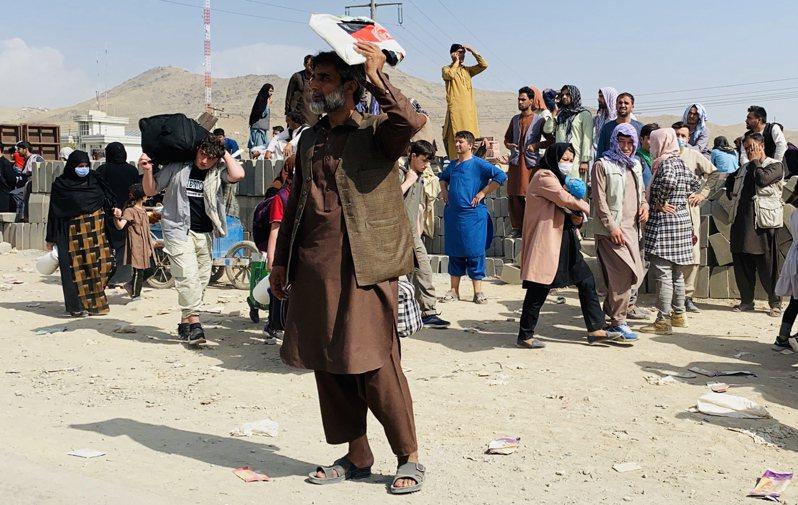 神學士進軍阿富汗首都後,大批阿富汗民眾湧入喀布爾機場尋求出逃機會。 歐新社