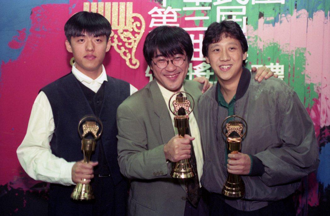 金曲獎自1990年舉辦至今,隨著獎項數量的擴增與納入跨國華語音樂報名機制,歷時三十餘年,早已成為亞洲地區最具代表性的指標之一,音樂圈皆以獲獎作為流行音樂最高榮耀。圖為第三屆金曲獎頒獎典禮,左為林強,中間為李宗盛。 圖/聯合報系資料照