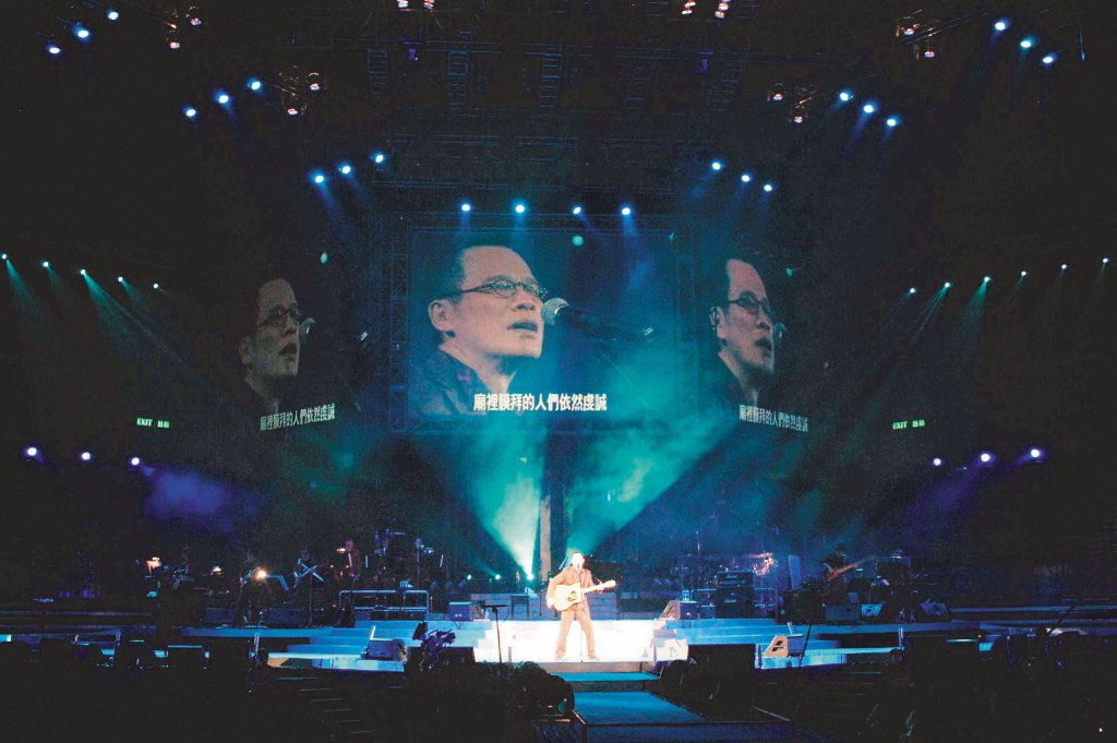 羅大佑在演唱會演唱其成名曲〈鹿港小鎮〉。 圖/演藝工會提供