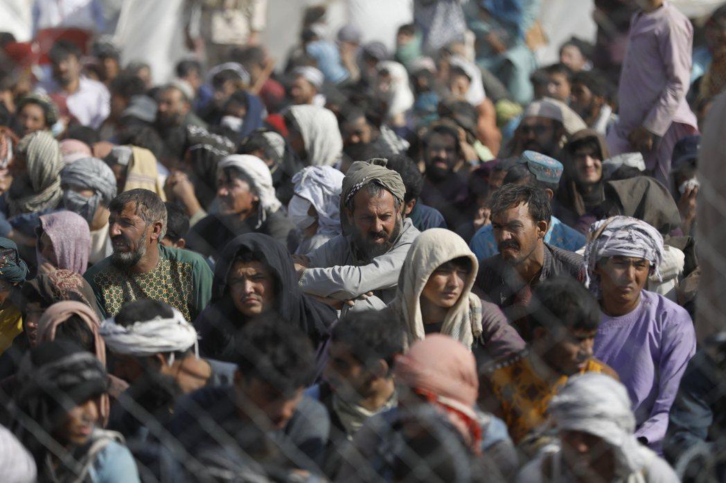 塔利班掌權之後的阿富汗會變成什麼樣子?目前沒有人確知,1996-2001年他們統治阿富汗期間施行嚴格的伊斯蘭律法(Sharia),把整個國家帶入保守封閉的境地,很多人(特別是女性與中產階級)餘悸猶存。 圖/歐新社